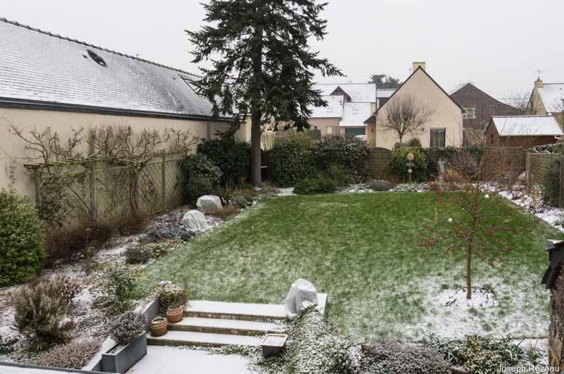 Vue générale du jardin de papi Jo sous la fine couche de neige.